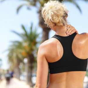 Боли в спине между лопатками: причины и лечение