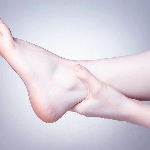 Отекают ноги у женщин: причины, симптомы, почему отекают ноги и руки после 40, 50, 55 лет, при климаксе, к вечеру