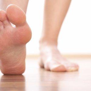 Причина роста косточки на большом пальце ноги