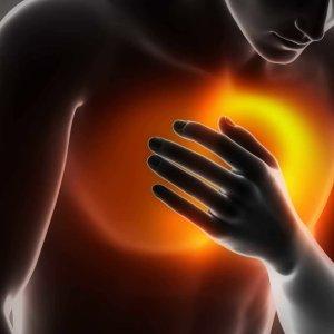 Боль в грудной клетке посередине и тяжело дышать, причины жжения при вдохе
