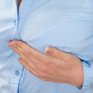 О чем говорит боль справа в груди и как устранить данный симптом