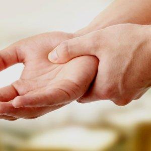 Чувство боли в запястье правой руки возможные причины и что делать