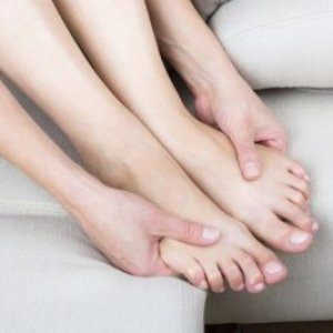 Почему немеют ноги когда сидишь или двигаешься? Причины, что это значит и что делать при отёке ног.