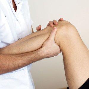 Болит под коленом сзади и тянет – чем лечить, в чем причина возникновения проблемы