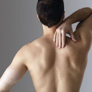 Почему возникает боль под правой лопаткой сзади со спины