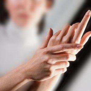 Немеет мизинец левой руки