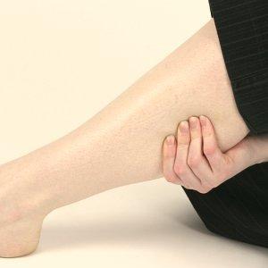 Почему ноют и крутит колени у женщин по ночам причины и лечение