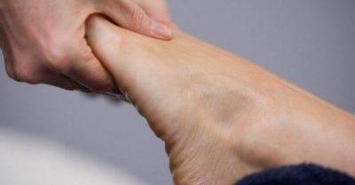 при ходьбе немеет левая нога
